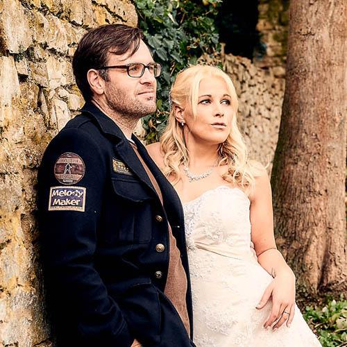 Brautpaar an sandfarbener Steinmauer  - Schloss Schöningen © Hochzeitsfotograf www.hochzeitsverliebt.de