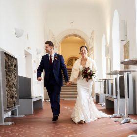Brautpaar schreitet durch den Schlossflur - Schloss Celle Hochzeit © Hochzeitsfotograf www.hochzeitsverliebt.de