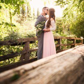 Stehendes Brautpaar küsst sich an der Brücke im Sonnenschein - Kloster Wienhausen © Hochzeitsfotograf www.hochzeitsverliebt.de