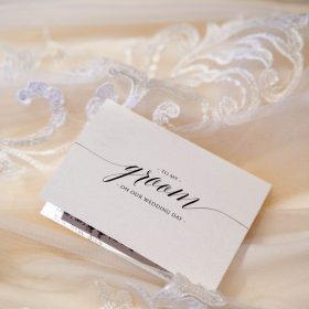 Nahaufnahme vom Hochzeitskleid in Creme und der Karte für den Ehemann - Celle Ringhotel Celler Tor © Hochzeitsfotograf www.hochzeitsverliebt.de