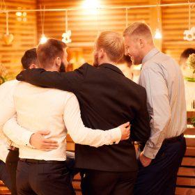 Bräutigam steht mit seinen Freunden eng beieinander - Hof Wietfeldt Bennebostel © Hochzeitsfotograf www.hochzeitsverliebt.de