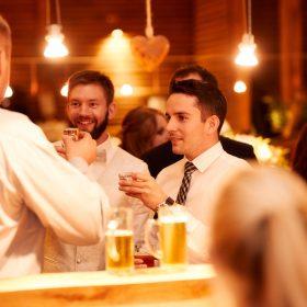 Bräutigam und seine Freunde stoßen mit gefüllten Schnapsgläsern an - Hof Wietfeldt Bennebostel © Hochzeitsfotograf www.hochzeitsverliebt.de