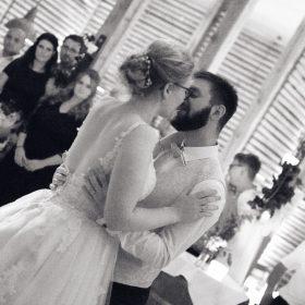 Schwarzweißbild vom küssenden Brautpaar während des Eröffnungstanz - Hof Wietfeldt Bennebostel © Hochzeitsfotograf www.hochzeitsverliebt.de
