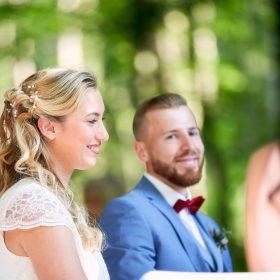 Brautpaar während der Trauung im Freien - Schloss Eldingen © Hochzeitsfotograf www.hochzeitsverliebt.de