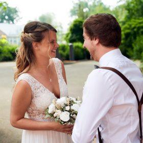 First look vom Brautpaar am Standesamt mit grün im Hintergund - Standesamt Winsen Aller © Hochzeitsfotograf www.hochzeitsverliebt.de