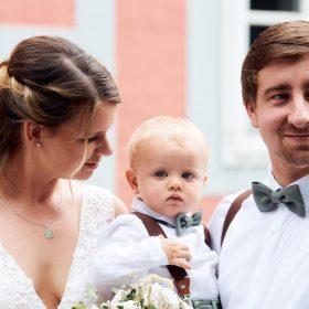 Das Hochzeitspaar mit ihrem Sohn vor dem Standesamt - Standesamt Winsen Aller © Hochzeitsfotograf www.hochzeitsverliebt.de