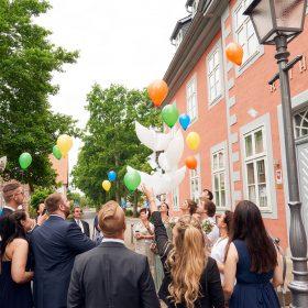 Die Hochzeitsgesellschaft und das Brautpaar lassen bunte Luftballons steigen - Standesamt Winsen Aller f © Hochzeitsfotograf www.hochzeitsverliebt.de