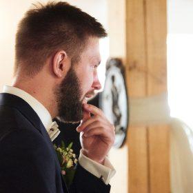 Profil vom wartenden Bräutigam auf seine Braut in der Scheune - Hof Wietfeldt Bennebostel © Hochzeitsfotograf www.hochzeitsverliebt.de