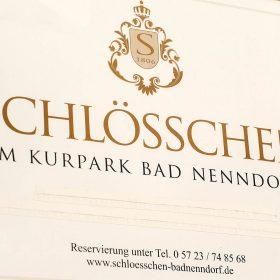 Eingangsschild in creme und gold vom Schlösschen - Schlösschen Bad Nenndorf © Hochzeitsfotograf www.hochzeitsverliebt.de