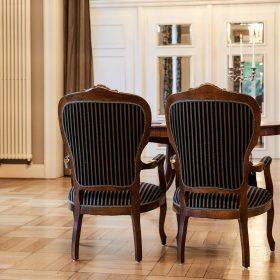 Trauzimmer mit zwei stilvollen dunklen Stühlen auf hellem Holzboden - Trauzimmer Schlösschen Bad Nenndorf © Hochzeitsfotograf www.hochzeitsverliebt.de
