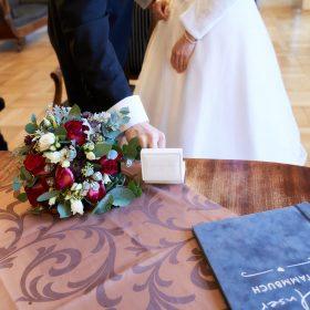 Der Bräutigam nimmt den Ring vom Tisch aus dem weissen Ringkästchen - Trauzimmer Schlösschen Bad Nenndorf © Hochzeitsfotograf www.hochzeitsverliebt.de