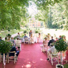 Freitrauung im Grünen auf rotem Teppich von oben mit Schloss im Hintergrund  - Schloss Eldingen © Hochzeitsfotograf www.hochzeitsverliebt.de