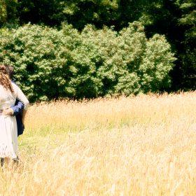 Vertrauter Spaziergang vom Brautpaar durch die Wiese im Sommer - Schloss Richmond Braunschweig © Hochzeitsfotograf www.hochzeitsverliebt.de