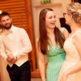 Die Braut in fröhlicher Stimmung mit ihrer hellgrün gekleideten Freundin - Hof Wietfeldt Bennebostel © Hochzeitsfotograf www.hochzeitsverliebt.de