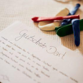 Detailaufnahme vom beschriebenen Blatt Papier und Luftballons auf dem Tisch - Hof Wietfeldt Bennebostel © Hochzeitsfotograf www.hochzeitsverliebt.de