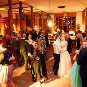 Hochzeitsgesellschaft in der Hochzeitsscheune beim Tanzen - Hof Wietfeldt Bennebostel © Hochzeitsfotograf www.hochzeitsverliebt.de
