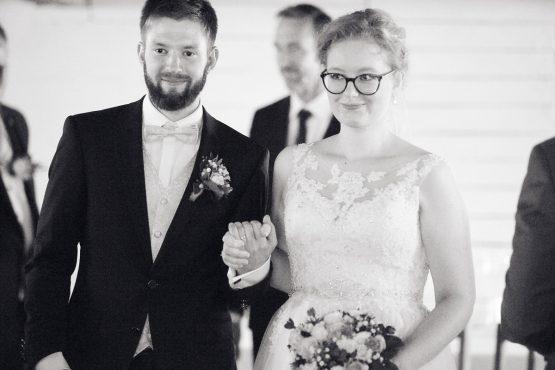 Brautpaar als Schwarzweissaufnahme beim Auszug der Scheune - Hof Wietfeldt Bennebostel © Hochzeitsfotograf www.hochzeitsverliebt.de