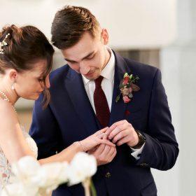 Der Bräutigam steckt seiner Braut den Ehering an - Standesamt Celle Schloss © Hochzeitsfotograf www.hochzeitsverliebt.de