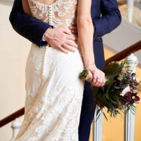 Rückenansicht von Braut und Bräutigam in Umarmung auf der Lavestreppe - Schloss Celle Hochzeit © Hochzeitsfotograf www.hochzeitsverliebt.de