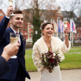 Brautpaar hebt die Sektgläser zum Anstoß im Schlosspark - Schloss Celle Hochzeit © Hochzeitsfotograf www.hochzeitsverliebt.de