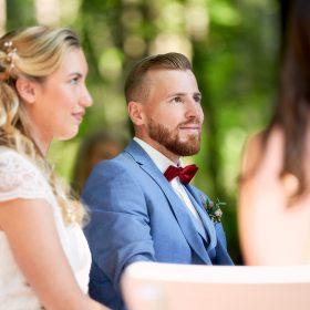 Braut und Bräutigam sitzend bei der Eheschliessung im Grünen - Schloss Eldingen © Hochzeitsfotograf www.hochzeitsverliebt.de