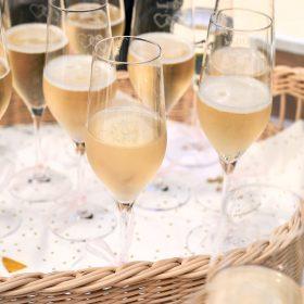Gefüllte Champagnergläser mit Herzgravur auf einem Tablet - Schloss Eldingen © Hochzeitsfotograf www.hochzeitsverliebt.de