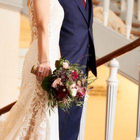 Detailaufnahme vom Brautpaar auf Lavestreppe mit Boho Brautstrauß - Schloss Celle Hochzeit © Hochzeitsfotograf www.hochzeitsverliebt.de