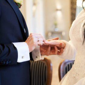 Der Bräutigam hält die Hand seiner Braut und legt ihr den Ehering an - Trauzimmer Schlösschen Bad Nenndorf © Hochzeitsfotograf www.hochzeitsverliebt.de