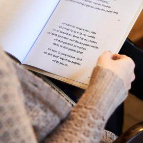 Weisses Blatt mit liebevollem Text in einer Hand haltend von oben für das Brautpaar - Trauzimmer Schlösschen Bad Nenndorf © Hochzeitsfotograf www.hochzeitsverliebt.de