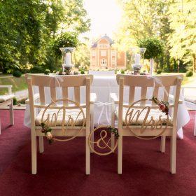 Traualtar und weisse Stühle auf rotem Teppich bei Freitrauung - Schloss Eldingen © Hochzeitsfotograf www.hochzeitsverliebt.de