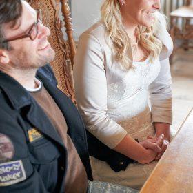 Hände haltendes und lachendes Hochzeitspaar während der Trauung - Trauzimmer Schloss Schöningen © Hochzeitsfotograf www.hochzeitsverliebt.de