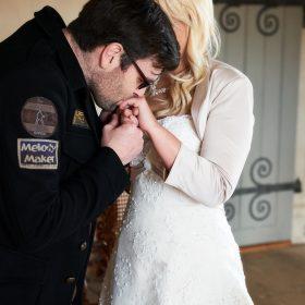 Der Bräutigam legt seiner Baut den Ring an und küsst sie auf die Hand - Trauzimmer Schloss Schöningen © Hochzeitsfotograf www.hochzeitsverliebt.de