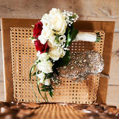 Brautstrauß in rot und Weiss auf dem Stuhl aus Vogelperspektive  - Standesamt Schloss Schöningen © Hochzeitsfotograf www.hochzeitsverliebt.de