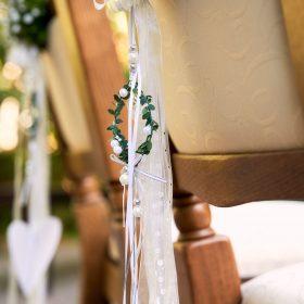 Mit Hochzeitsdekoration geschmückter Stuhl im Freien - Trauinsel Wienhausen © Hochzeitsfotograf www.hochzeitsverliebt.de